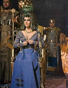 Elisabeth Taylor lució 65 vestidos en Cleopatra. El vestuario corre a cargo de Vittorio Nino Novaresse, Reniè e Irene Sharaff,  uno de los cuatro Oscars que ganó esta super producción fue el de vestuario,