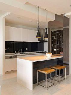 Klasse Küche mit Farben Kontrast- zwei schwarze Kronleuchter und weiße Kochinsel