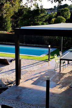 Parfaite pour l'été, la pergola bioclimatique abrite votre terrasse.   #pergola #piscine #summer #aluminium #design