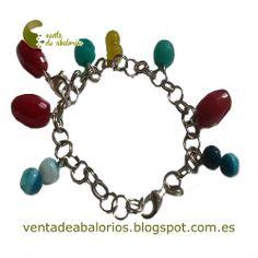 Pulsera de cadena con eslabones y piedras semipreciosas en varios colores. Es una pulsera peculiar porque se le pueden añadir cualquier tipo de abalorio o demás piedras mediante el mosquetón