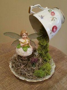 35 Atemberaubende DIY Teetasse Fairy Garden – Home Design - Famous Last Words Fairy Crafts, Garden Crafts, Garden Ideas, Tea Cup Art, Tea Cups, Mini Jardin Zen, Floating Tea Cup, Teacup Crafts, Mini Fairy Garden