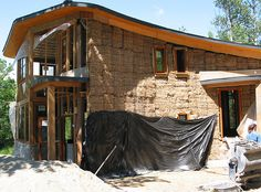 Building A House With Straw Bales Maison Earthship, Earthship Home, Cob Building, Building A House, Green Building, Straw Bale Construction, Adobe House, Build Your Own House, Straw Bales
