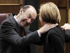 Un mal momento para una foto.... Alfredo Pérez Rubalcaba bromea con Rosa Díez en el Congreso.