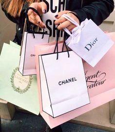 Sacolas de compras da Chanel, Dior e Laduree.