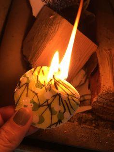 Sytykesipsit, sytykelastut voi myös koristella servetin paloilla. Hauskaa vaihtelua ja piristystä etenkin lahjaksi meneviin sytykkeisiin.