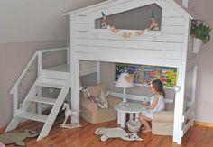 Drewniane łóżeczko, łóżko piętrowe, łóżko z drabinką, pokój dziecięcy. Zobacz więcej na: https://www.homify.pl/katalogi-inspiracji/37252/lozka-dla-dzieci-12-fantastycznych-pomyslow