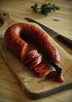 Może pomińmy ten aspekt królika, kiedy sobie jeszcze radośnie kicał po zielonej trawce, skupmy się raczej na jego walorach smakowych. Mięsko królicze jest delikatne, lekkostrawne i o niskiej zawart… Venison, Beef, Eat And Go, Food Poster Design, How To Make Sausage, Cooking Recipes, Cooking Ideas, Chorizo, Carne