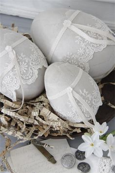 Pretty Easter creation, decoration of Easter eggs with lace or . - Cute Easter creation, decoration of Easter eggs with lace or doilies - Egg Crafts, Easter Crafts, Easter Decor, Easter Ideas, Spring Crafts, Holiday Crafts, Decopage, Easter Egg Designs, Diy Ostern