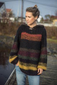 HØSTGENSER: Den nye Line Langmo-genseren er strikket lengre og smalere, og med hette. Det er fullt mulig å droppe hetten. Foto: Solveig Selj