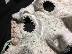 """Жилет с баской #детали #съемнаяодеждадлякуклы #овечка #artdoll #куклыксениимингалевой  Шила из советского плюша (у кого-то висели крутые, белые шторы). Декорировала турецким кружевом, подаренным Ирочкой на МК. Пуговки, по традиции, сама лепила. Крутые пуговицы-часть клада, подаренного родной тетей. Хранила их для особого случая. Тут они """"сели"""" идеально. Немного стеклянных и каменных бусин придали наряду праздничный вид. Кружево тонировала  пастелью."""