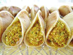 atayef bil ashta (lebanese custard filled pancakes) Lebanese Desserts, Lebanese Recipes, Lebanese Cuisine, Arabic Dessert, Arabic Sweets, Indian Sweets, Atayef Recipe, Dessert Arabe, Comida Armenia