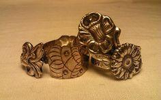 Anelli in metallo decorato fatti a mano da cucchiaini unici, trovati in un negozio dantiquariato ad Amsterdam. Non appartengono a un servizio intero,