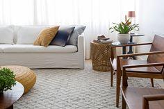 Apartamento pequeno com decoração moderna, decoração branca, integrada, iluminação natural, jardim vertical, sala de estar.