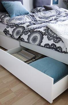 Das neue Malm-Bett im Schlafzimmer bietet willkommenen Stauraum in Bettkästen.