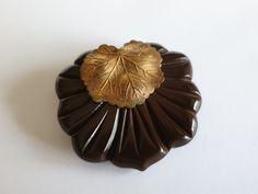 Dressclip bakelite and brass, Brass, Plastic, Desserts, Vintage, Collection, Food, Tailgate Desserts, Deserts, Essen