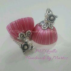 Silk thread jumka Silk Thread Earrings, Thread Jewellery, Paper Jewelry, Saree Hairstyles, Beaded Necklace Patterns, Thread Art, Jewelry Model, Ear Rings, Flower Tutorial