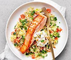En fräsch och hälsosam rätt på lax med tabbouleh och valnötscrème. Bulgur blandas med bland annat färsk persilja, lök och tomater och förvandlas till en smakrik sallad. Till den matiga salladen serveras lax och en syrlig valnötscrème med crunch. Fish Recipes, Seafood Recipes, Vegetarian Recipes, Healthy Recipes, Healthy Cooking, Healthy Eating, Cooking Recipes, Enjoy Your Meal, Food Porn