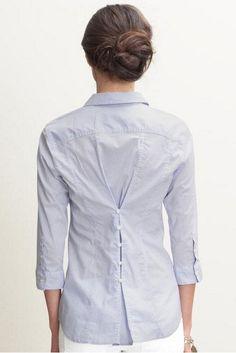 Tailleer een oud overhemd door knoopjes op de rug te plaatsen.