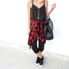 A gente adora quando o mood fica assim, invertido e complementar! ☺Enquanto tivemos um look all black com pop of red na camisa xadrez amarrada na cintura, também tivemos um all white com ma…