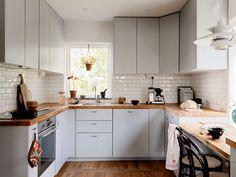 Historiska hem Plate Display, Teak Furniture, Minimalist Home, Midcentury Modern, My House, Kitchen Cabinets, Cottage, Interior, Villa