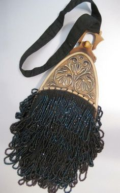 Women's Purses : Vintage Art Nouveau Beaded Wristlet Handbag with Decorative Floral Plastic Clasp. Vintage Purses, Vintage Bags, Vintage Handbags, Vintage Outfits, Vintage Fashion, Beaded Purses, Beaded Bags, Black Art, Vintage Accessoires
