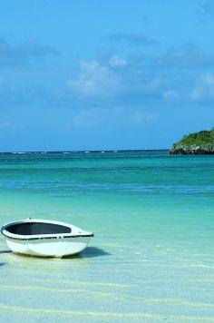 Ishigaki Island. Okinawa, Japan. 石垣島の川平湾に浮かんでいたボートです