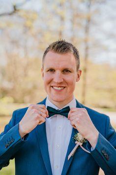 Inspiration aus standesamtlicher Hochzeit: zeitloser blauer Anzug für den Bräutigam mit Fliege #lumoid #hochzeitsreportage #outfit #bräutigam #anzug #blau #fliege #tinywedding #standesamt #mülheim #ruhrgebiet #hochzeitsfotografin #hochzeitsfotografnrw