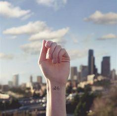 Pequeño tatuaje de una bicicleta en la muñeca. Más en http://tottphoto.com/tiny-tattoos/