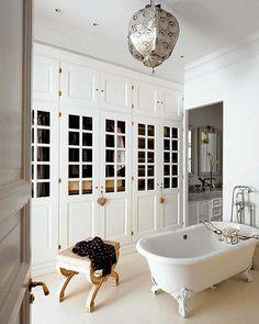 Walk in closet with bath on feet | Inrichting-huis.com