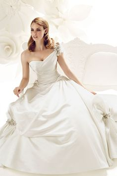 Wedding is the most important occasion in life and having the best wedding dress which will perfectly fit with their body is one of the main considerations that women have. Every dress has different style and model that usually chosen depending on the wearer. Best Wedding dress designers making a every time new style for bridal unique couple.