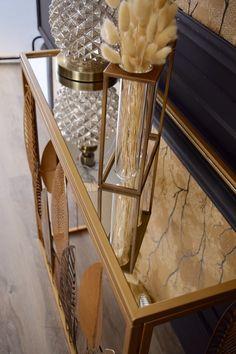 On adore le plateau en verre de cette console feuilles en métal doré qui accueillera vos plus beaux vases et objets déco. Salon Art Deco, Decoration, Vases, Entryway Tables, Furniture, Home Decor, Home Improvement, Tropical Leaves, Decorating Tips