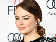 We can always count on Emma Stone for an eye-catching makeup moment, especially when the star and her makeup artist of a decade, Rachel Goodwin, create a classic winged look. The pro walks us throu…