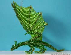 Beaded dragon i really love the way they ve done the wings Seed Bead Crafts, Beaded Crafts, Wire Crafts, Beading Tutorials, Beading Patterns, Beaded Spiders, Dragon Jewelry, Dragon Crafts, Textile Fiber Art