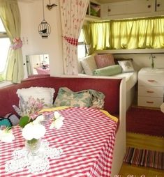 Vintage camper. Love the sitting area, so cute .