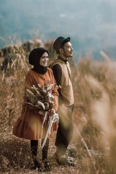 Photo Poses For Couples, Couple Photoshoot Poses, Couple Photography Poses, Couple Posing, Pre Wedding Shoot Ideas, Pre Wedding Poses, Pre Wedding Photoshoot, Prewedding Hijab, Prewedding Outdoor
