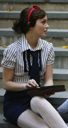 The preppy/college tight pencil skirt and tight dresses wardrobe of 'Gossip Girl', in particular Blair Waldorf (Leighton Meester) and Serena. Gossip Girls, Moda Gossip Girl, Estilo Gossip Girl, Gossip Girl Outfits, Gossip Girl Fashion, Gossip Girl Uniform, Gossip Girl Style, Blair Waldorf Outfits, Style Blair Waldorf