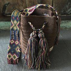 DESCRIPCION Este hermoso Morral tejido a mano por Artesanos Mexicanos en zona Maya, es unico y diseño exclusivo de Otomiartesanal, quien para su creación se ha inspirado en la idea original de la bella bolsa Wayuu de Colombia y Venezuela. El increíble diseño del Tejido de su Asa es Bag Pattern Free, Art Bag, Boho Bags, Tapestry Crochet, Fabric Bags, Trendy Accessories, Knitted Bags, Diy Fashion, Purses And Bags