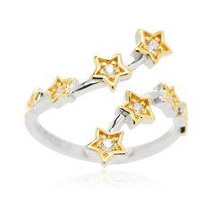Diamonique, anello contrarié in argento 925, con il gambo placcato rodio su cui si inseriscono delle stelline, placcate oro giallo e illuminate ciascuna da un diamonique. Vesti le tue mani del fascino dei sogni.
