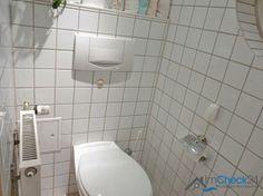 Das Gäste-WC befindet sich im Erdgeschoss direkt neben dem Hauseingang und bietet somit eine perfekte Ergänzung zum oben liegenden Vollbad.