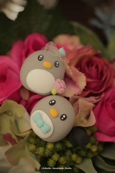 Love penguin MochiEgg wedding cake topper #handmadecaketopper #custommade #cakedecor #caydoll #sculpted #animals #gift #ideas #kikuikestudio #ペンギン #manchot #Pinguin #pingüino