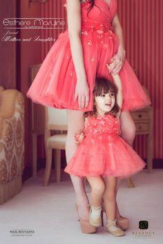 Jag vilar mitt lilla huvud mot mammas tjocka blöja Kids Flower Girl Dresses, Wedding Dresses For Girls, Little Girl Dresses, Dress Wedding, Mother Daughter Outfits, Mommy And Me Outfits, Mom Daughter, Party Gowns, Kids Fashion