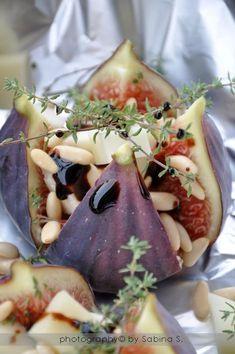 Fichi al forno con formaggio di capra e timo Fig Recipes, Cooking Recipes, Healthy Recipes, Antipasto, Good Food, Yummy Food, Snacks, Savoury Dishes, Food Presentation