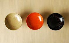 [F] 漆の盃。伝統的なものだけど、こうやって3色のバリエーションがあるとポップな感じがする。