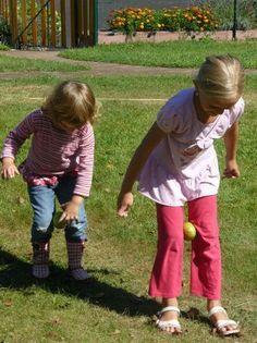 Activité physique et motrice : course avec pomme Youth Games, Games For Kids, Activities For Kids, Yoga For Kids, Art For Kids, Abc Party, Little Acorns, Girl Scout Troop, Soccer Party