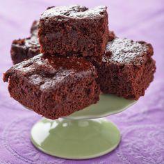 BROWNIES DE QUINOA Ingredientes: • 2 tazas + 2 cucharadas de Splenda o algún sustituto del azúcar • 3/4 taza de mantequilla • 2 cucharadas de agua • 1 cucharada de café instantáneo descafeinado • 2 cucharaditas de extracto de vainilla • 1 1/3 tazas de harina de Quinoa • 1 1/2 tazas de chocolate en polvo sin azúcar • 1/2 cucharadita de polvo para hornear • 1/4 cucharadita de sal marina Tiempo de preparación: 20 minutos