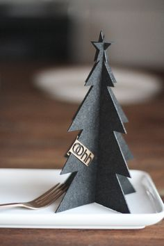handmade table deco ... OOHH JUL ... black paper stand-up tree ... black and white deco idea ...