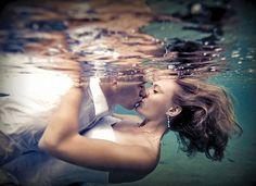 """Trash the dress: la nuova moda per i servizi fotografici post matrimonio.  Letteralmente: """"Distruggi il vestito"""" (ovviamente dopo il sì). Fatevi fotografare immersi nel mare, nel fango o in una fontana."""