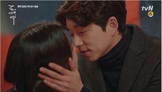 Goblin tập 10 - Kim Shin và Eun Tak hôn nhau ngọt lịm tại quán rượu khi anh thừa nhận chính mình là người đàn ông lý tưởng của Eun Tak.
