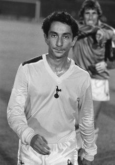 """Ardiles - la crisis que vivió con la Guerra de Malvinas, que estalló cuando él cuenta que estaba en su mejor momento, incluido en la lista para ser votado el mejor futbolista en Inglaterra. """"Mi mundo entero colapsó"""", dice Ardiles. Tras una pobrísima temporada a préstamo en el Paris Saint Germain, Ardiles, ya pasada la locura bélica, aceptó volver a Tottenham."""
