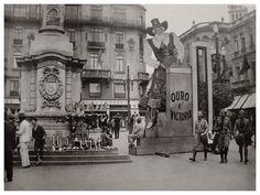 """Praça do Patriarca, 1932. Campanha de arrecadação de ouro p/ financiar a Revolução Constitucionalista. """"Durante a revolução, a Praça do Patriarca foi palco dos mais importantes comícios e também um centro de arrecadação para a Campanha do Ouro. Notem a base do """"Cabide"""" usada para vender lembranças da revolução. Colado na coluna um dos mais célebres cartazes de 1932."""""""